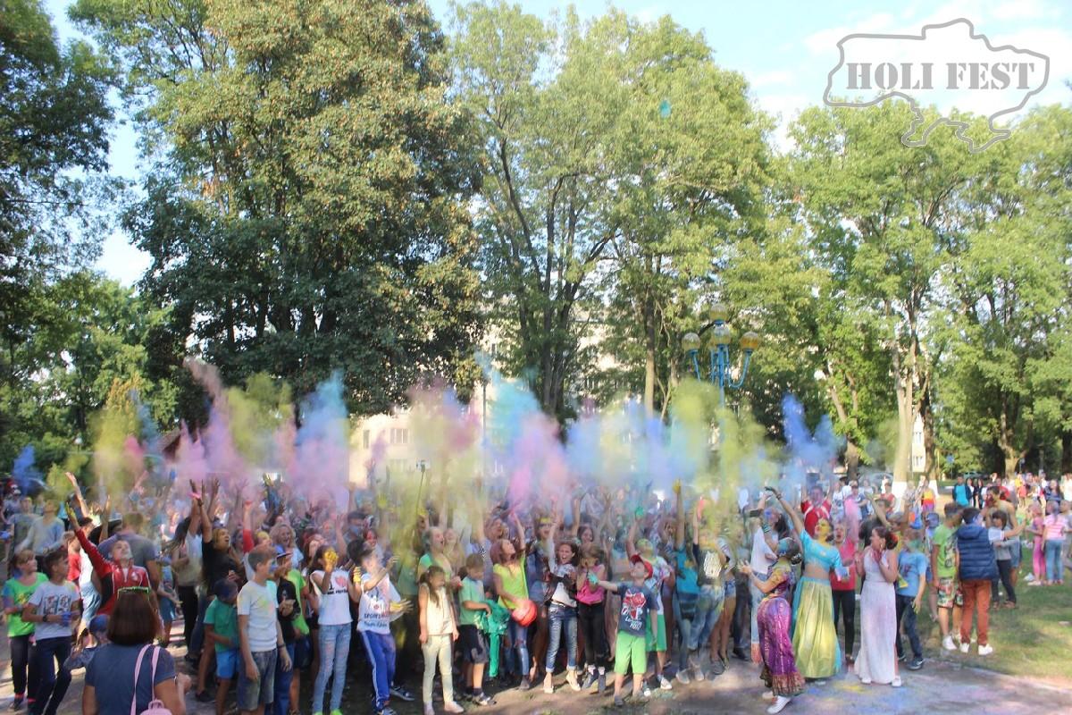 Красочный Holi Fest разукрасил город Снятын!