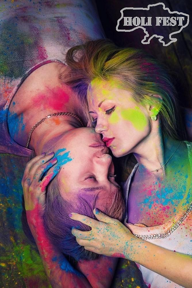 Подари любимой в день влюбленных романтическую фотосессию с красками Холи!