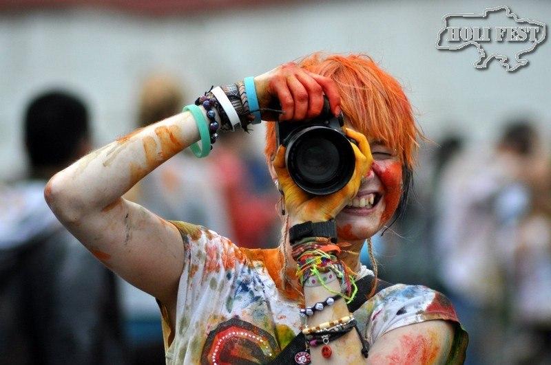 Празднуй День фотографа с яркими красками Холи и цветным дымом!